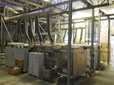 Automatická jednořadá linka pro nanášení galvanického finálního povlaku mědi na ocelové dílce na závěsech